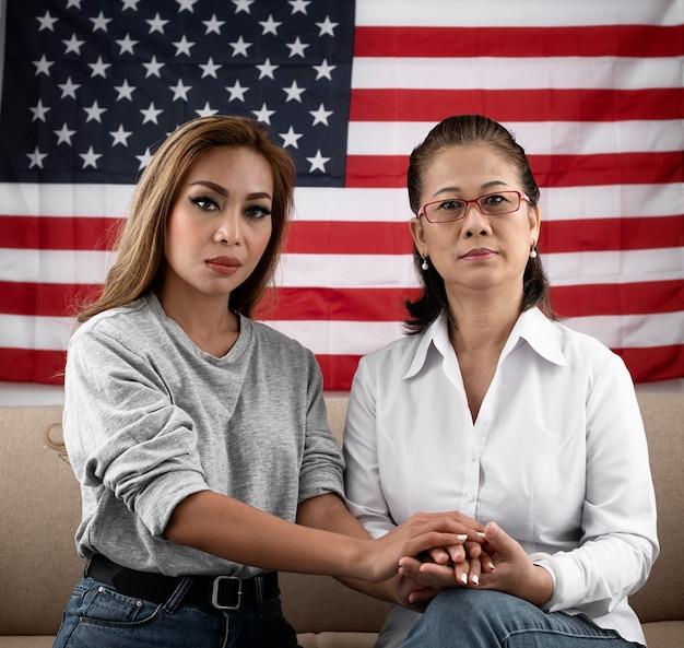 Mulheres de tiro médio com bandeira americana