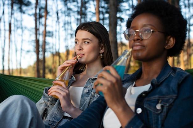 Mulheres de tiro médio com bebidas