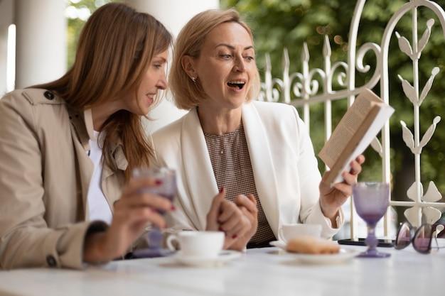 Mulheres de tiro médio com livro