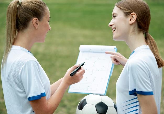 Mulheres de tiro médio discutindo estratégia