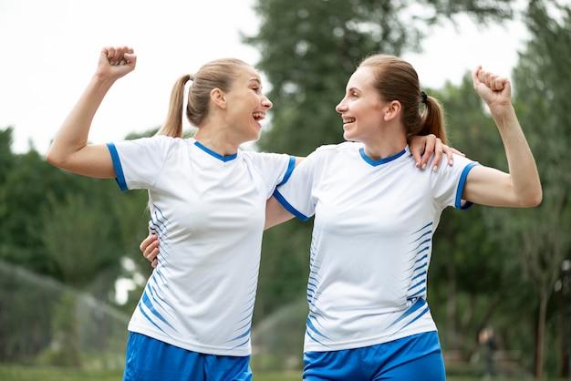 Mulheres de tiro médio expressando vitória
