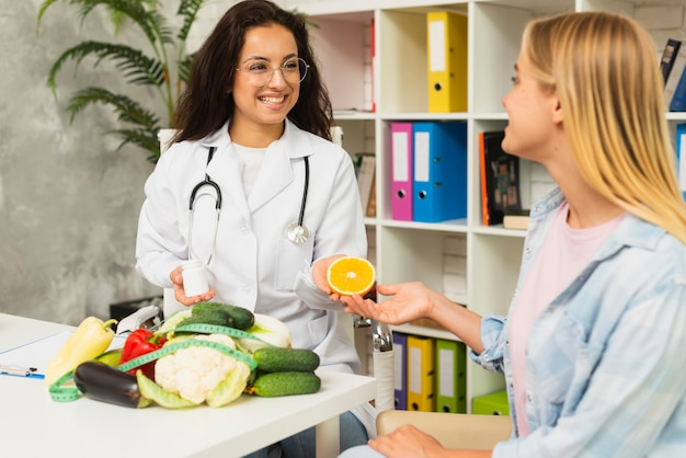 Mulheres de tiro médio falando sobre frutas