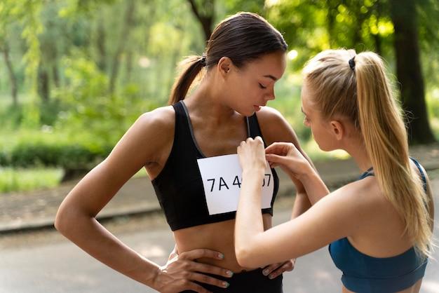 Mulheres de tiro médio prontas para o concurso
