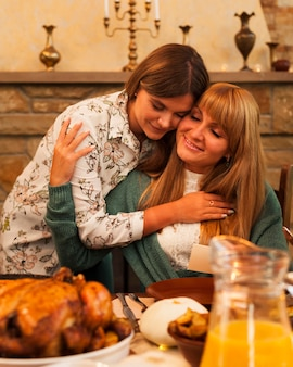 Mulheres de tiro médio se abraçando