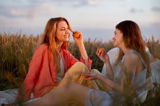 Mulheres de tiro médio segurando frutas