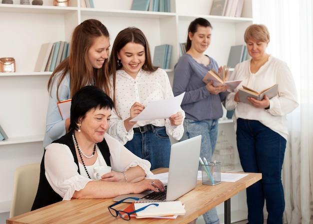 Mulheres de todas as idades fazendo atividades