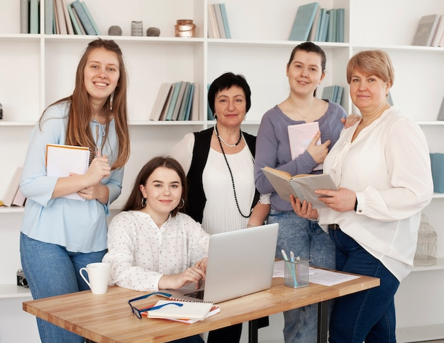 Mulheres de todas as idades posando