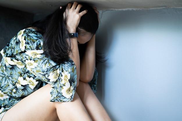 Mulheres deprimidas sentado no canto do quarto, sozinho, tristeza, conceito emocional