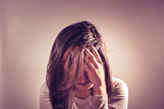 Mulheres deprimidas sentado no quarto escuro, sozinho, tristeza, conceito emocional