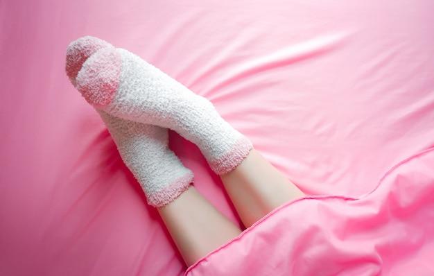 Mulheres, desgastar, meias, em, inverno, manhã, e, cobertores