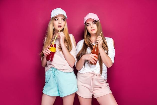 Mulheres desportivas com bebidas