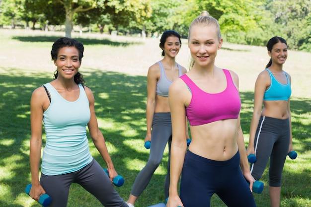 Mulheres desportivas, exercícios com pesos