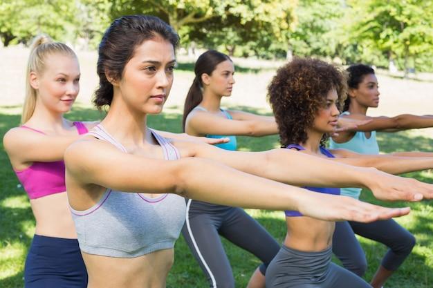 Mulheres desportivas fazendo exercícios de alongamento