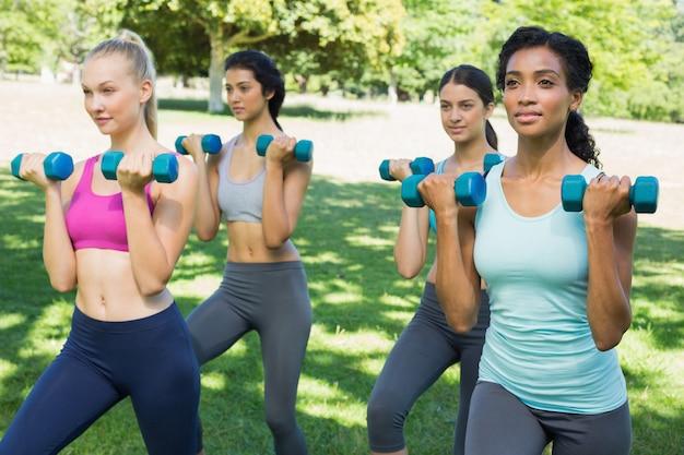 Mulheres desportivas levantando weoghts