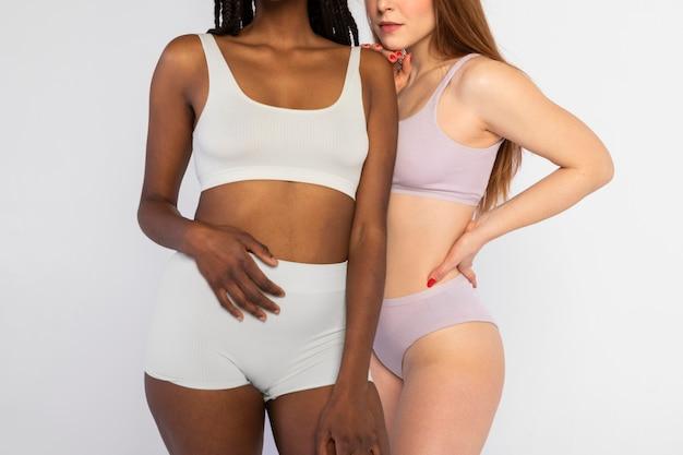 Mulheres diferentes posando juntas