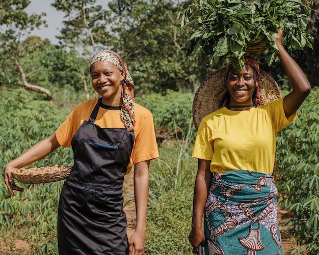 Mulheres do campo posando no campo