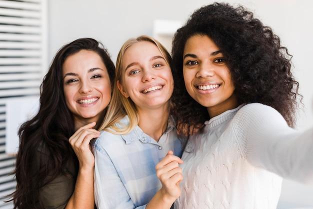 Mulheres do smiley no escritório