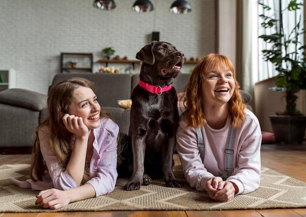Mulheres e cachorros em casa.