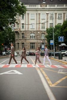 Mulheres e homens caminhando na rua