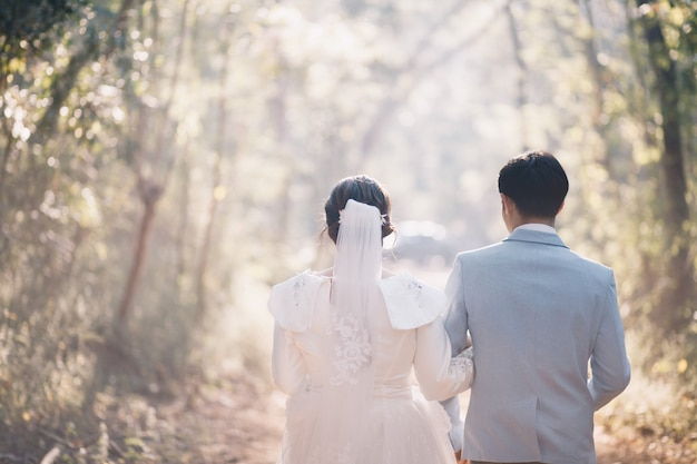 Mulheres e homens em vestidos de noiva