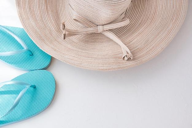 Mulheres elegantes chapéu de sol com chinelos de praia azul de arco