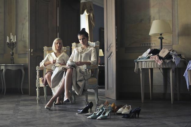 Mulheres elegantes em um interior luxuoso