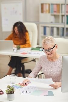 Mulheres elegantes que trabalham como designers