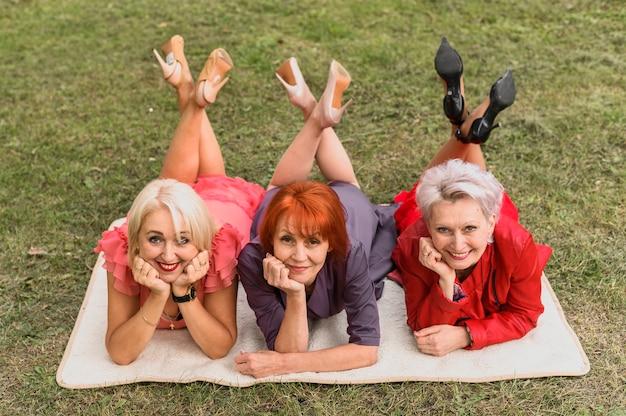 Mulheres elegantes sênior posando ao ar livre