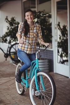 Mulheres em bicicleta fora do café