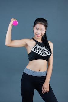 Mulheres, em, condicão física, desgaste, segure, dumbbells