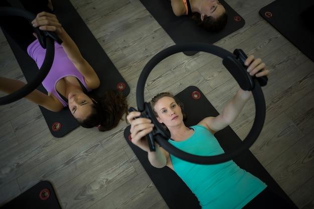 Mulheres em forma se exercitando com anel de pilates