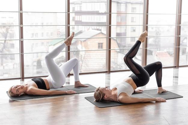 Mulheres em forma treinando juntas, tiro completo