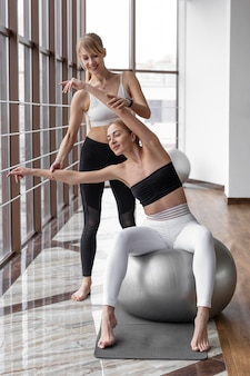 Mulheres em forma treinando junto com a bola
