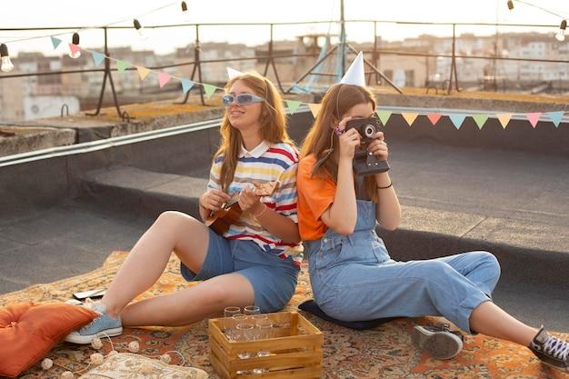 Mulheres em foto completa com câmera fotográfica