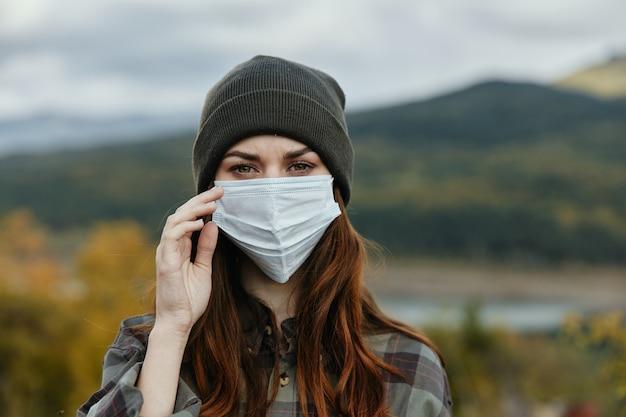 Mulheres em máscara médica retrato de montanha na natureza do outono