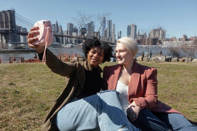 Mulheres em planos médios com câmera