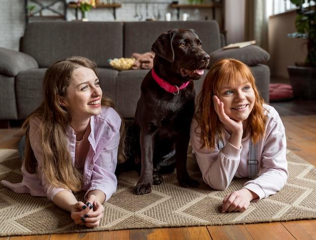 Mulheres em plena cena e cães dentro de casa
