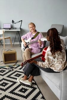 Mulheres em plena cena tocando violão