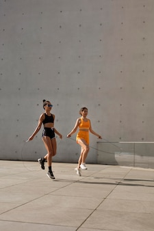 Mulheres em pleno tiro pulando corda