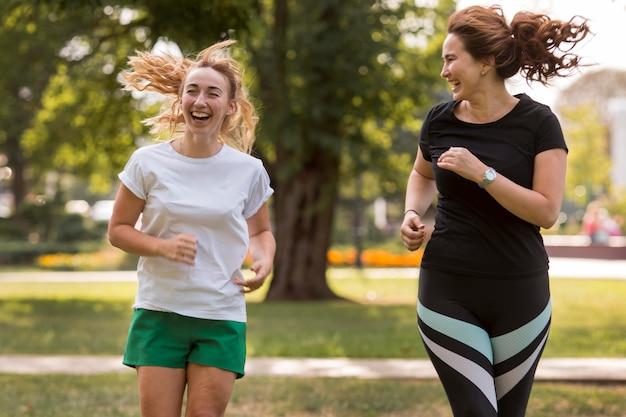 Mulheres em roupas esportivas correndo juntas