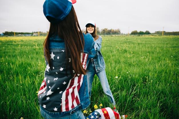 Mulheres em roupas jeans, jogando no campo