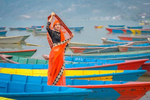 Mulheres em sari em pé no barco, lago phewa, cidade de pokhara, nepal