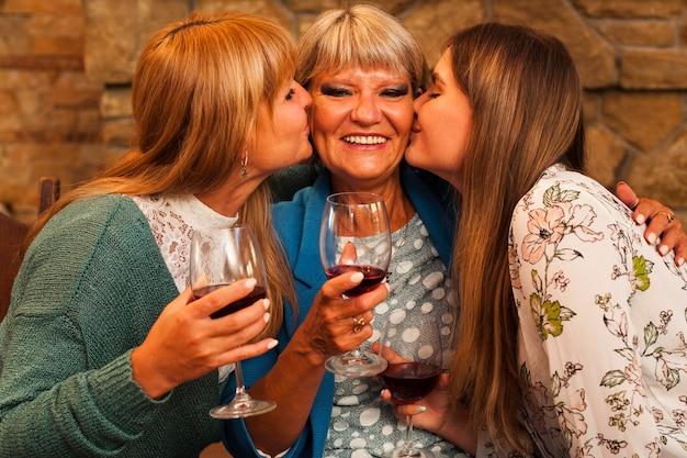 Mulheres em tiro médio beijando a vovó