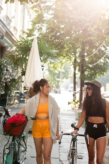 Mulheres em tiro médio caminhando juntas