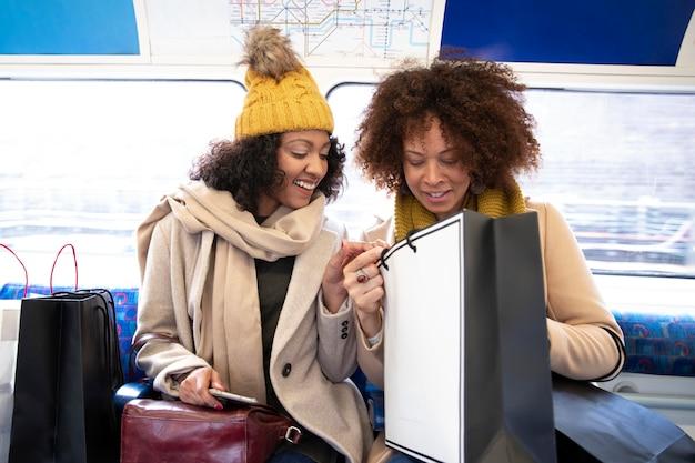 Mulheres em tiro médio com sacolas de compras