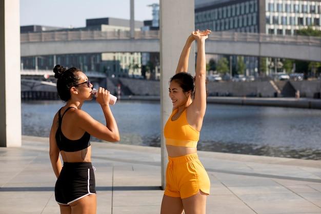 Mulheres em tiro médio fazendo esportes ao ar livre