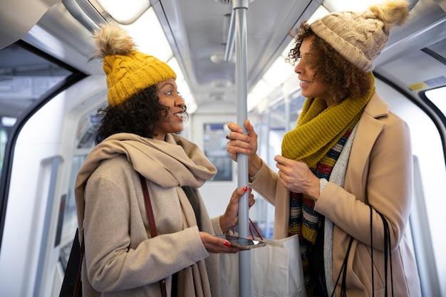 Mulheres em tiro médio no transporte público