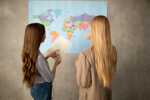 Mulheres em tiro médio olhando para o mapa