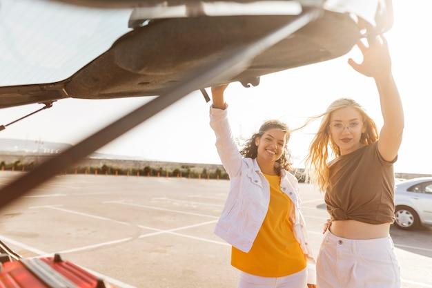 Mulheres em tiro médio prontas para viajar