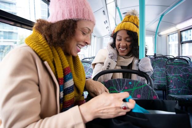 Mulheres em tiro médio viajando de ônibus